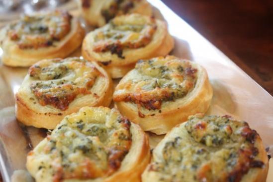 Ślimaczki z ciasta francuskiego z szynką i pesto – przepis
