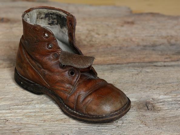 Jak usunąć plamy ze skórzanego obuwia?