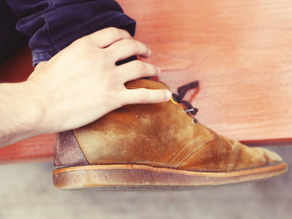 Jak usunąć plamy z zamszowych butów?