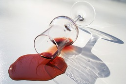 Jak usunąć plamy z wina?