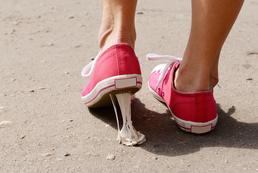 Jak usunąć gumę do żucia z odzieży, tapicerki czy dywanu?