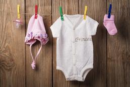 Jak usunąć trudne plamy z ubranek niemowlęcych?