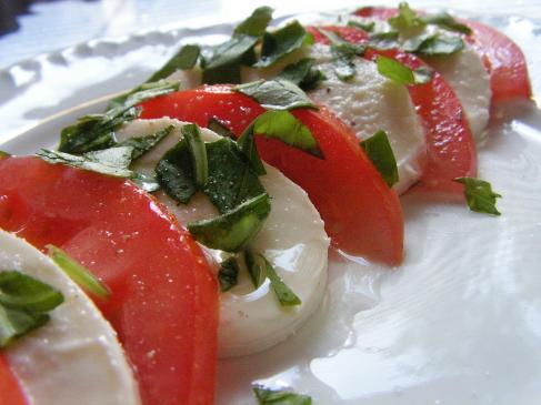 Sałatka z mozzarellą i pomidorami - przepis