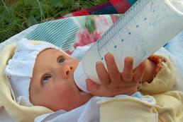 Jak nauczyć dziecko pić z butelki?