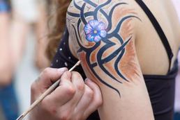 Jak zrobić zmywalny tatuaż z henny?