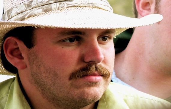 Sztuczne wąsy - jak je przykleić?