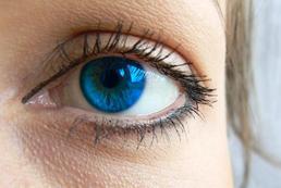 Jak dobrać kolor włosów do niebieskich oczu?