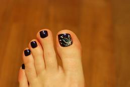 Jak pomalować paznokcie u stóp na czarno?