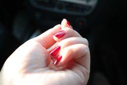 Jak ozdobić czerwone paznokcie?