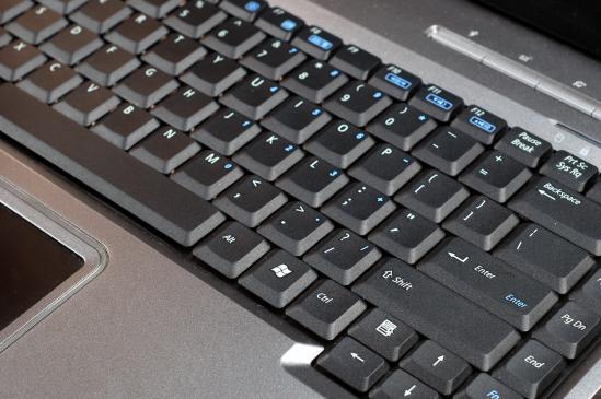 Jak czyścić klawiaturę laptopa?
