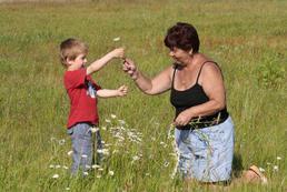 Co robić, gdy dziecko woli babcię?