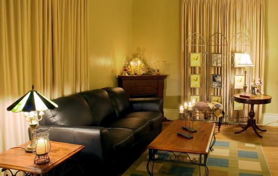 Salon w stylu kolonialnym - aranżacje