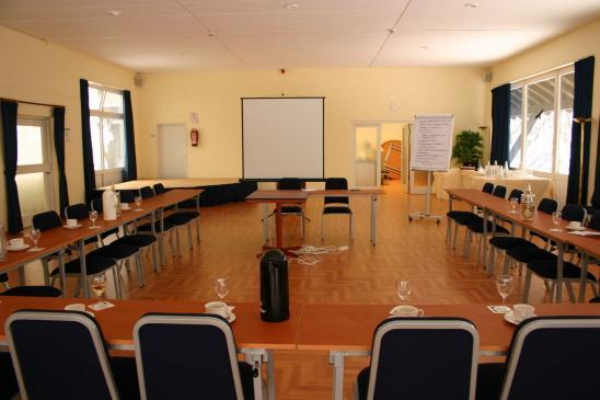 Jak ułożyć krzesła w sali konferencyjnej?