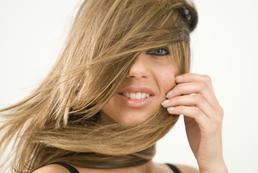 Fryzury z włosów cieniowanych - krok po kroku
