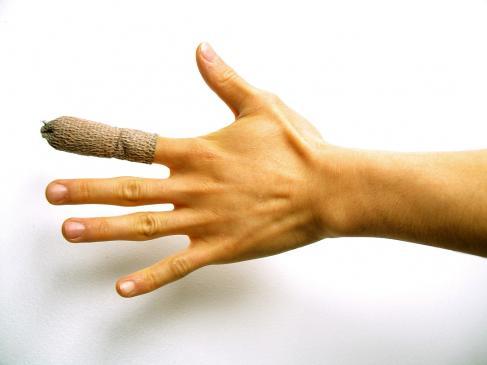 Jak zrobić opatrunek palca?