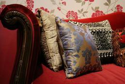 Poduszki dekoracyjne - aranżacje, gdzie, jak położyć?