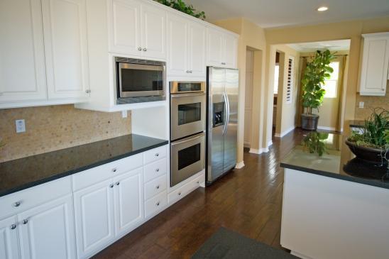 Drewniana podłoga w kuchni - wady, zalety