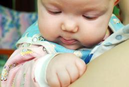 Jak długo, często oklepywać niemowlę?