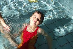 Dziecko na basenie - od kiedy, co zabrać? Jaki strój kąpielowy dla dziecka?
