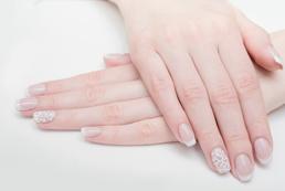Zdobienie paznokci ślubnych