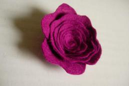 Broszka róża z filcu - jak zrobić? Krok po kroku