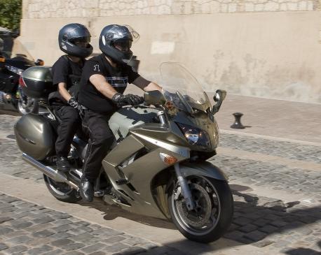 Akcesoria motocyklowe dla pasażera: uchwyty, kufry