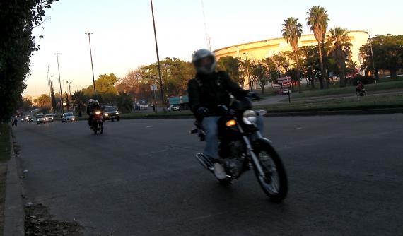 Hamowanie motocyklem na mokrej, śliskiej nawierzchni