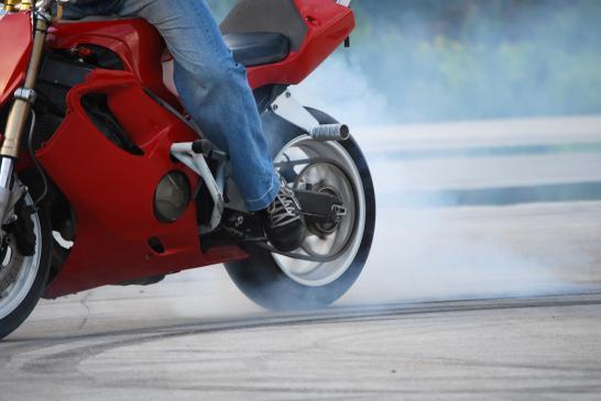 Jak pokonywać zakręty motocyklem?