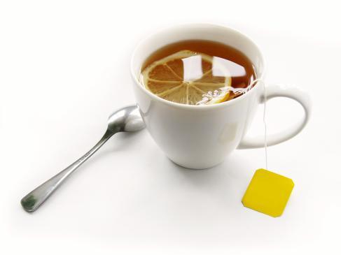 Jak usunąć plamę z herbaty na ubraniu, kanapie, dywanie?