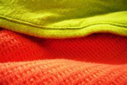 Jak składać ubrania w szafie?