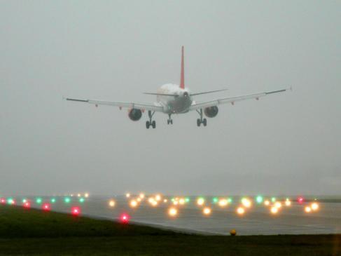 Jak uniknąć dodatkowych opłat kupując bilety lotnicze?
