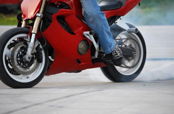 Jak sprawdzić stan opon w motocyklu?