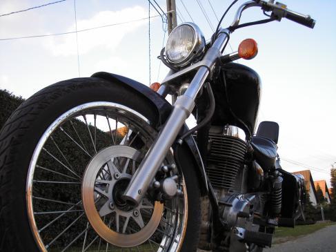 Jak wjechać motocyklem na krawężnik?