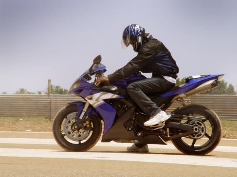 Czy można jeździć na motorze bez kasku?