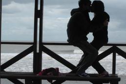 Czy przyznać się do romansu na wakacjach?